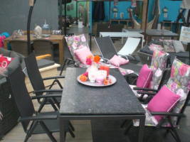 Ontdek ons assortiment tuinmeubelen in Limburg: van roze kussens tot loungesets